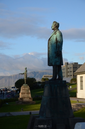 Reykjavík: statues in front of Prime Minister's Office
